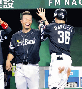 4回1死二塁、2ランを放った牧原(右)を笑顔で迎える千賀(カメラ・清水 武)