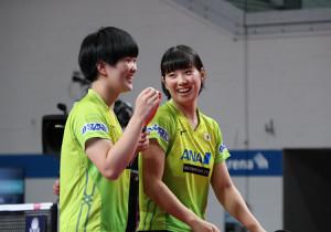 中国ペアを破り、笑顔の(左から)木原美悠、長崎美柚