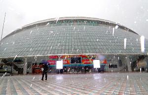 雨が吹き付ける東京ドーム