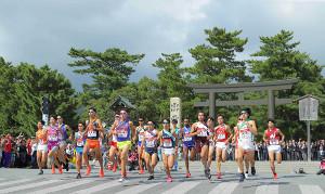 18年の出雲大社の鳥居前で一斉にスタートする各大学の1区走者たち