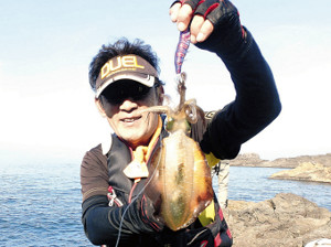 秋田・男鹿沖の小島でアオリイカのエギングを楽しんだ筆者