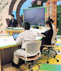 台風情報を伝える静岡朝日テレビのスタジオ。左奥から伊地健治キャスター、牛山素行氏、森直美アナ、橋本ありすアナ