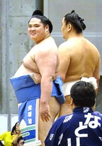 秋巡業で土俵入りを行う貴源治(左)
