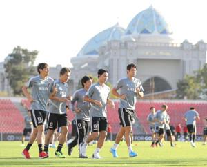 ジョギングする(左から)伊東純也、永井謙佑、中島翔哉、南野拓実、酒井宏樹