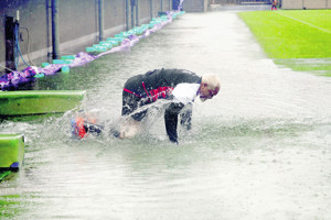 台風19号が接近する都内で練習が行われ、グラウンドに向かう途中でコケて水たまりに飛び込んだ中島イシレリ(カメラ・佐々木 清勝)