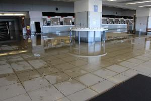 浸水の跡が残る観客席1階