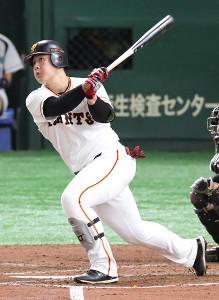 5回無死、同点の中越え3号ソロ本塁打を放つ岡本和真(カメラ・関口 俊明)