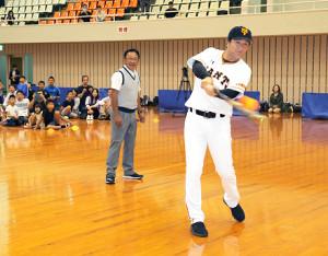 打撃を披露する講師の高橋由伸さん(左は講師の倉本昌弘PGA会長