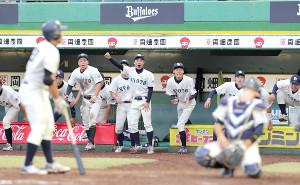 10回2死満塁、岩城孝典のサヨナラ死球でベンチを飛び出す京大ナイン