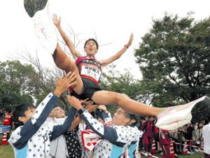 逆転で初優勝を果たし、胴上げされる国学院大アンカーの土方(カメラ・谷口 健二)