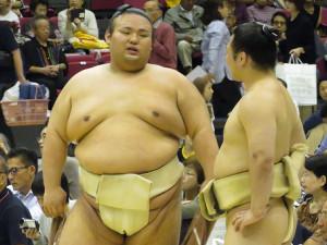 浜松市で行われた秋巡業に途中合流した貴景勝(左)は土俵脇で炎鵬と会話