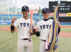 2年時、17年春リーグで首位打者とベストナインを受賞したとき佐藤(左)右は当時4年の飯田春海投手(C)スポーツ東洋