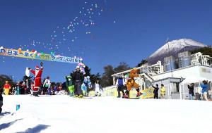 スノーゲレンデ「イエティ」で初滑りを楽しむ仮装スキーヤーとスノーボーダー