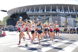 9月15日、MGCの男子で、新国立競技場を背に走る服部勇馬(左端)ら