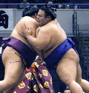 秋巡業に途中合流して御嶽海(左)と相撲を取った貴景勝