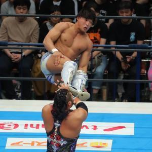 14日の試合で高角度のドロップキックでEVILを攻める飯伏幸太(カメラ・森田 俊弥)