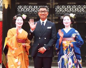 京都国際映画祭のオープニングを前に中井貴一が舞妓と記念写真