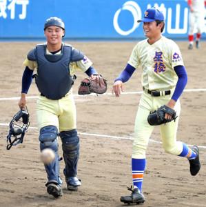 山瀬慎之助捕手(左)とグラブタッチする先発の奥川恭伸