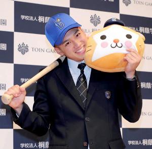 横浜DeNAに1位指名された桐蔭学園の森敬斗は、ベイスターズの帽子を被りバットとマスコットのDBスターマンに頬ずり   (カメラ・佐々木 清勝)