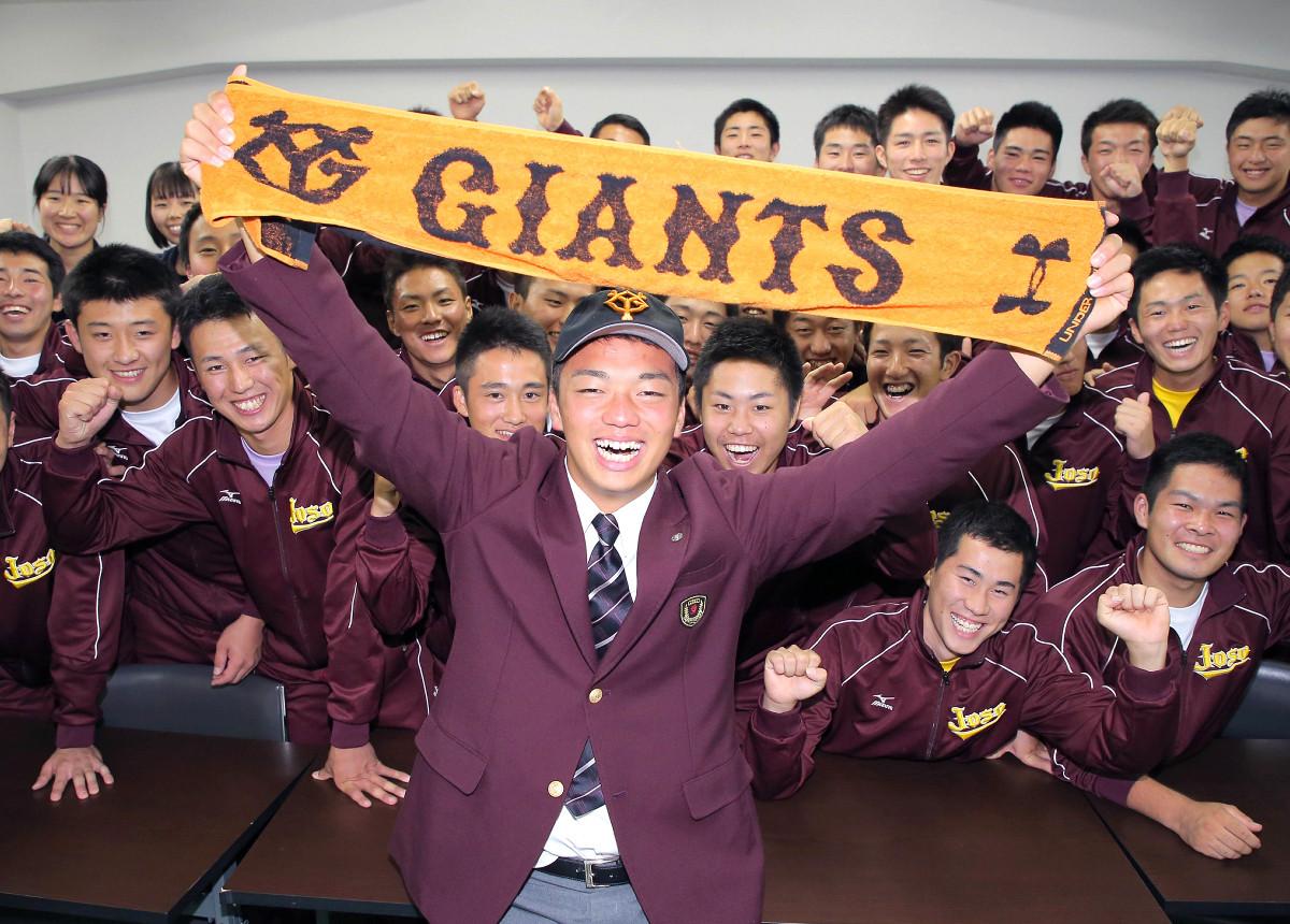 巨人からドラフト3巡目指名を受け、笑顔の常総学院・菊田拡和(カメラ・安藤 篤志)