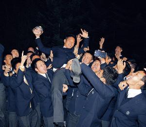 仲間に胴上げされ、喜びを爆発させた東海大札幌・小林