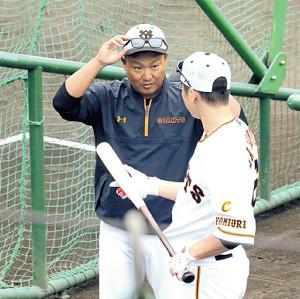 1軍の練習に合流し、坂本(右)と話す村田打撃コーチ