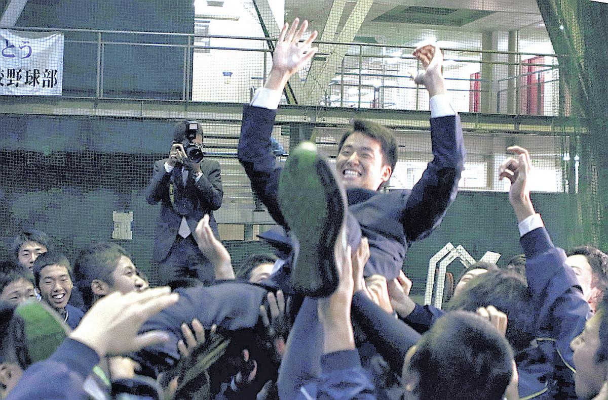 チームメートに胴上げされる青森山田・堀田賢慎(撮影・有吉広紀)