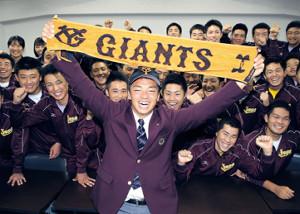 巨人から3位指名を受けジャイアンツタオルを掲げる常総学院・菊田(カメラ・安藤 篤志)