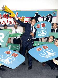 巨人から2位指名を受けたJR東日本・太田は、社員たちから巨大うちわで祝福された