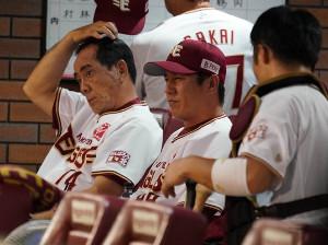 シーズン中、平石監督(中)とタッグを組んでいた真喜志ヘッドコーチ