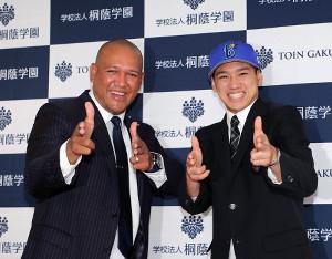 DeNAに1位指名された桐蔭学園の森敬斗(右)への指名挨拶を終えたラミレス監督は、二人で「ゲッツ!!」ポーズを決めた