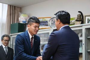 中日のドラフト1位・石川は指名あいさつに訪れた与田監督と握手