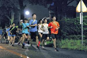 キャンパス内で20キロ走を行う麗沢大メンバー