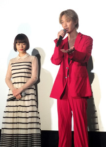 観客からの質問に答える綾野剛(右)と杉咲花