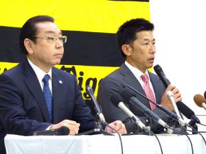 オーナー報告を終えて会見する阪神・矢野監督(右)と揚塩球団社長