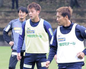 前日練習で汗を流した(右から)MF佐藤和、DF小出と伊藤監督(カメラ・西村 國継)
