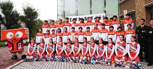 壮行会で躍進を誓った拓大の男女駅伝チームと応援するチアガール