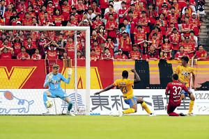 後半32分、名古屋FW赤崎(右から2人目)の近距離シュートを右足で防ぐ仙台GKスウォビィク