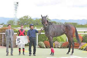 京都競馬2R 口取り式に臨むフラーレンと関係者ら(左から2番目は鞍上のC.ルメール騎手)(カメラ・渡辺 了文)
