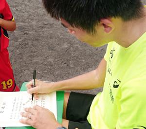 ドーハ世界陸上後、初レースを終えた川内は約100人の小学生にサイン。全員に「現状打破」と書き添えた
