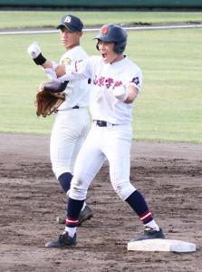 9回にダメ押し二塁打を放ち、雄たけびを上げる山梨学院・橘田
