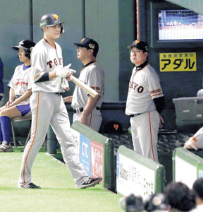 9回無死一、二塁、坂本(左)が一邪飛に倒れ、ベンチで厳しい表情の原監督(カメラ・馬場 秀則)