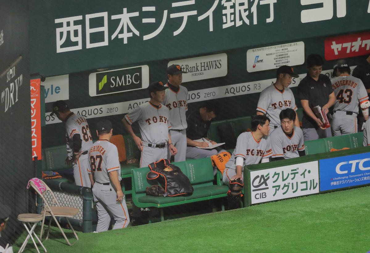 試合終了して2連敗が決定し、グラウンドに背を向けて引き揚げる原辰徳監督(左端)