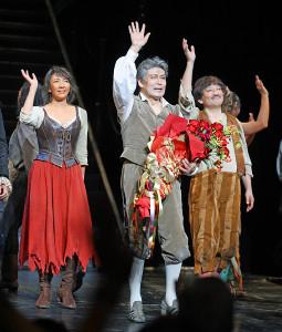 ミュージカル「ラ・マンチャの男」上演1300回を達成し、特別カーテンコールで手を振る松本白鸚(中央)