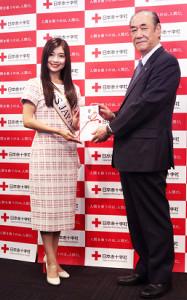 「ミス・ジャパン日本大会」で集まった募金を日本赤十字社に寄付した土屋炎伽(右は大塚義治社長)