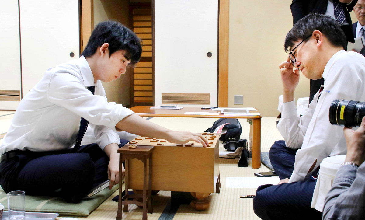 羽生善治九段(右)に勝利した藤井聡太七段