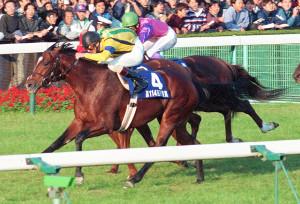 バブルガムフェロー(左)は96年の天皇賞・秋で堂々と古馬を撃破