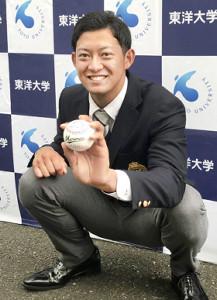 ロッテがドラフト2位指名した東洋大・佐藤は井口監督のサインボールを手にポーズを決める