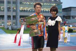 プレゼンターをつとめた釈由美子と優勝した和田健太郎