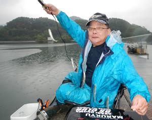 7~8センチ級のワカサギを多点掛けで上げた長岡さん(鮎川湖で)